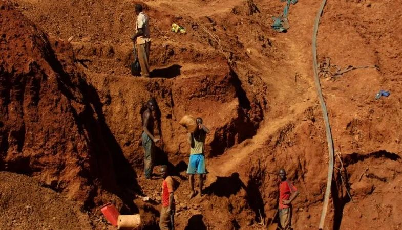 In Zimbabwe: Dozens trapped after gold mine collapse